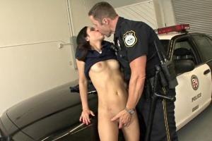 Šukání na policejním autě