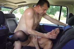 Šukání s cikánskou prostitutkou v autě - české porno