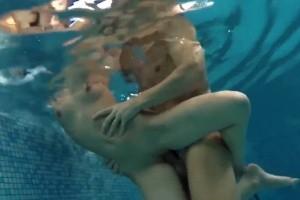 Šukání v bazénu pod vodou