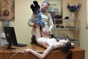 Teen šuká s nevlastním tátou v jeho kanceláři