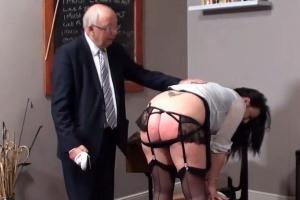 Učitel dá neposlušné studentce na holou