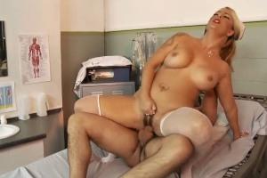 Zdravotní sestřička ojede pacienta